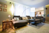 Wie richtet man ein Wohnzimmer mit einem Ecksofa ein?